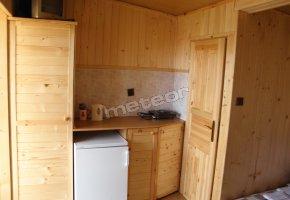 pokój po prawej stronie - aneks kuchenny, drzwi do łazienki