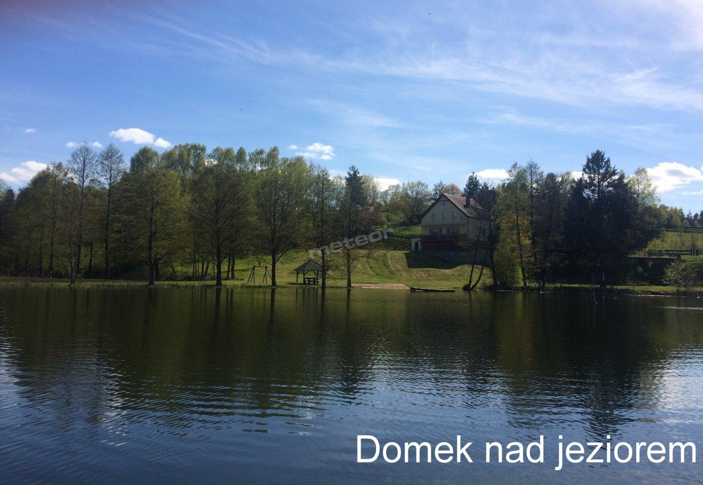 Widok na posesję z jeziora.