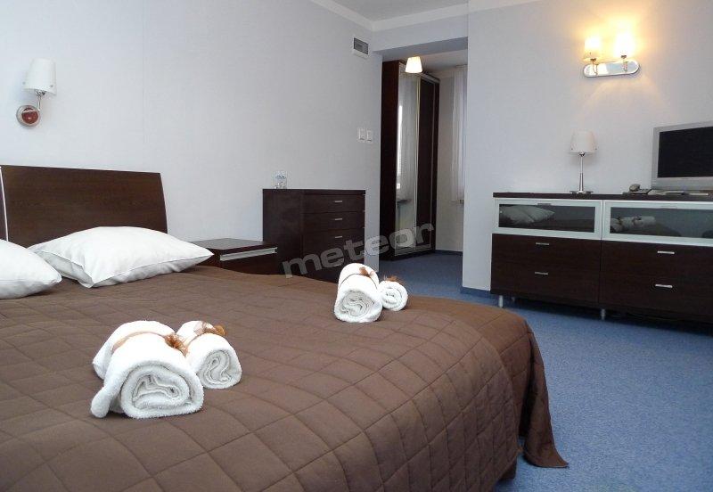 pokój z łożem małżeńskim i wanną, bez balkonu