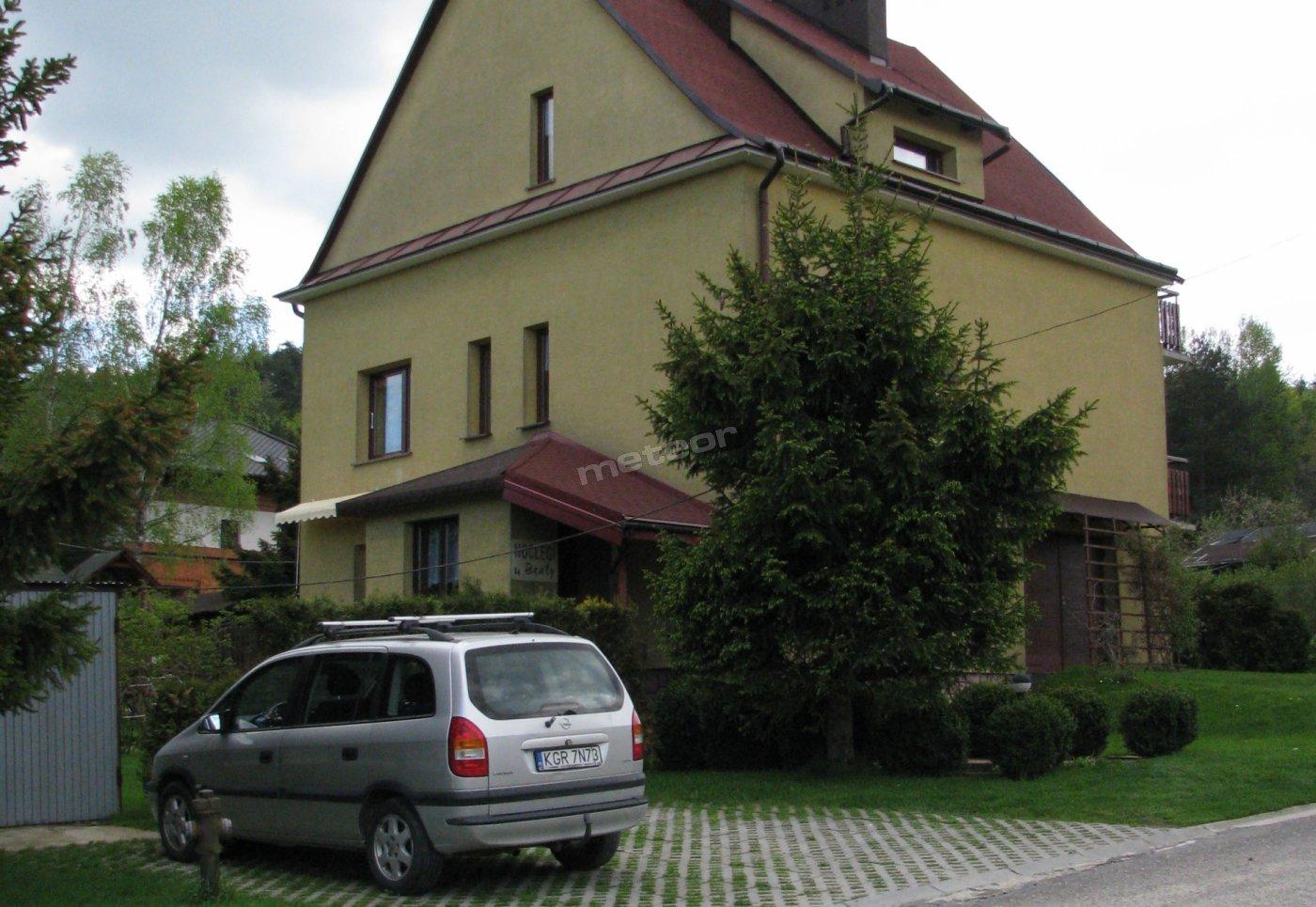 Widok ogólny domu wraz z parkingiem