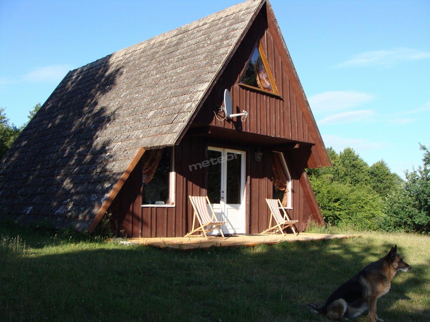 Domek drewniany na wzgórzu.