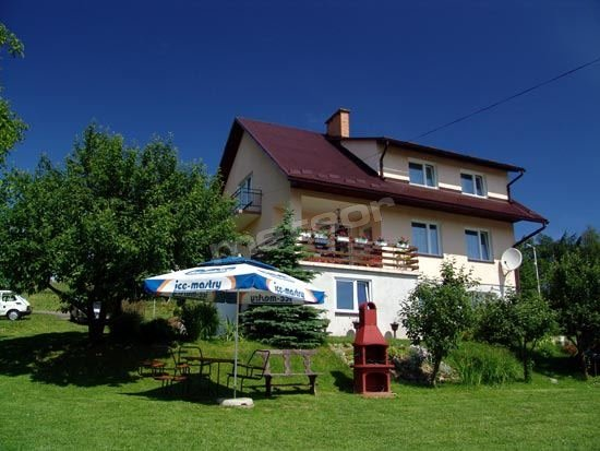 Nasz dom. Wokół znajduje się dużo zieleni, miejsce na grilla, obok altana z wędzarnią i mały plac zabaw dla najmłodszych.