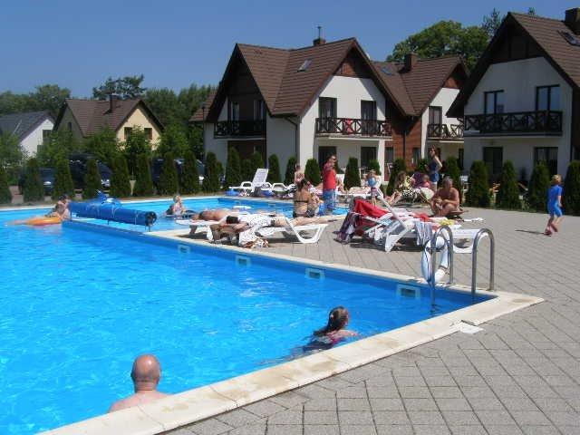 podgrzewany basen dla dorosłych i dzieci. W tle apartament BLUE EYE