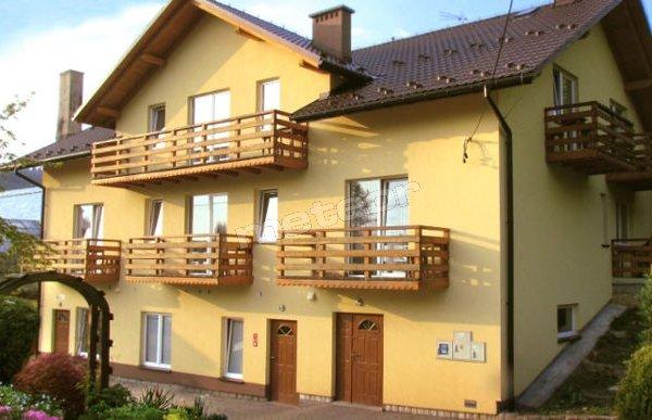 Pensjonat Fluder to obiekt noclegowy z przestronnymi pokojami z łazienką i balkonem, otoczony ogrodem.