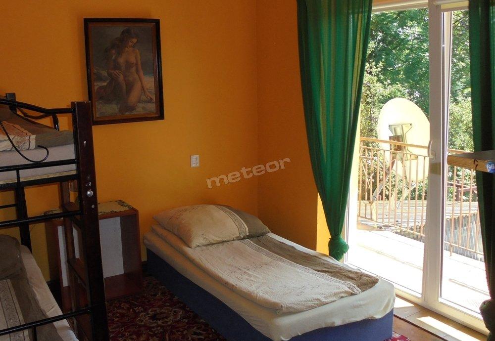 Pokój nr 2 na na piętrze. 3 Miejsca. TV LCD 32'' z TV-SAT 60 kanałów, Free Wi-Fi Lodówka, Balkon.