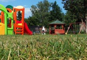 Plac zabaw, Trampolina,Altanka, Huśtawki, Piaskownica, Boisko do badmingtona, boisko do piłki plażowej i nożnej