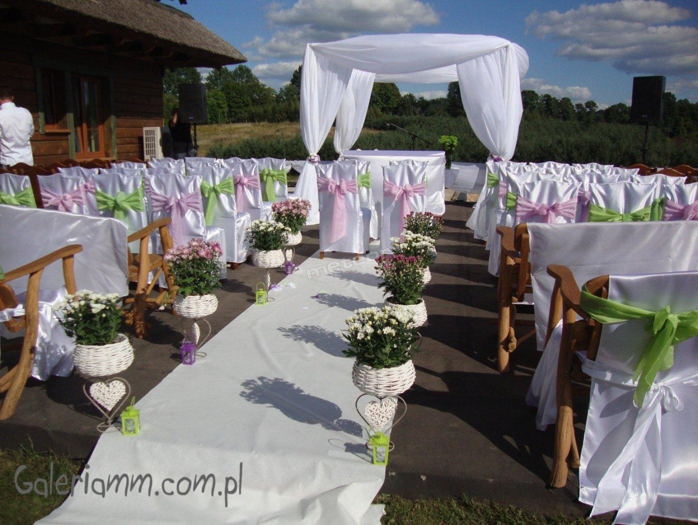 Wygłąd tarasu przygotowanego do ślubu na świeżym powietrzu.