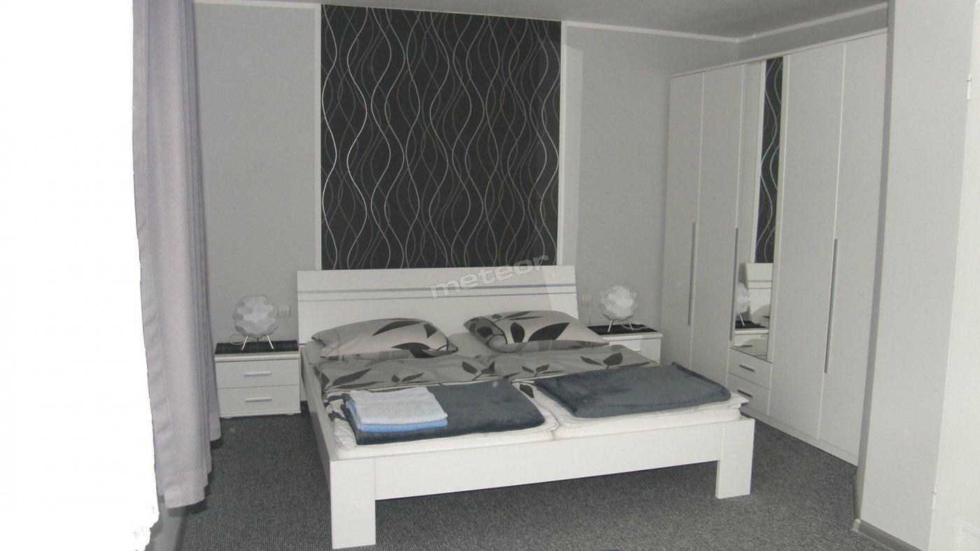Pokój nr 8 (trzyosobowy, łóżko małżeńskie, rozkładana kanapa, łazienka)