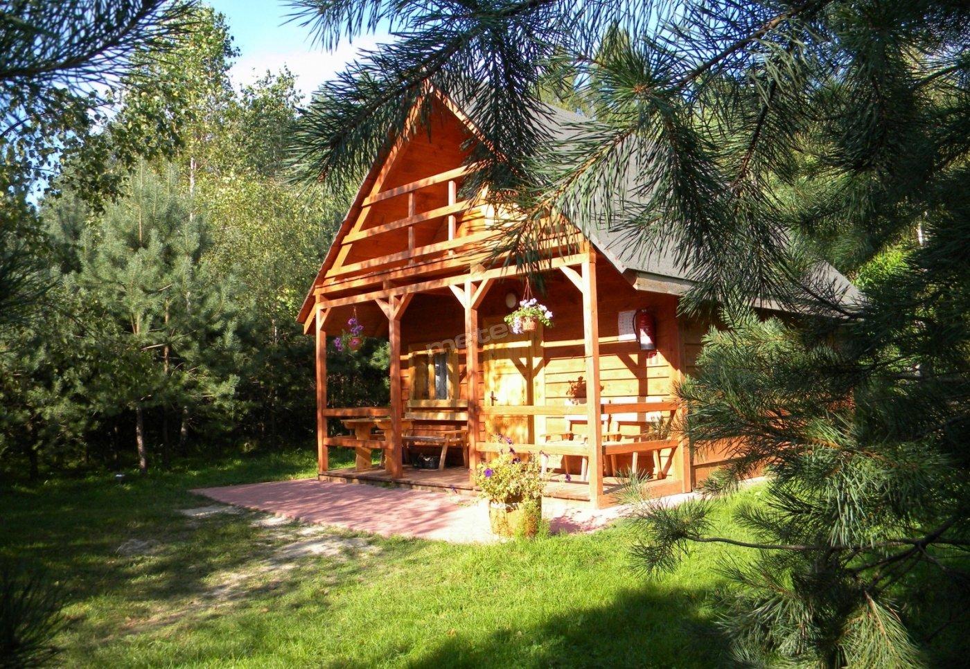Zapraszamy do komfortowych domków otoczonych zielenią.