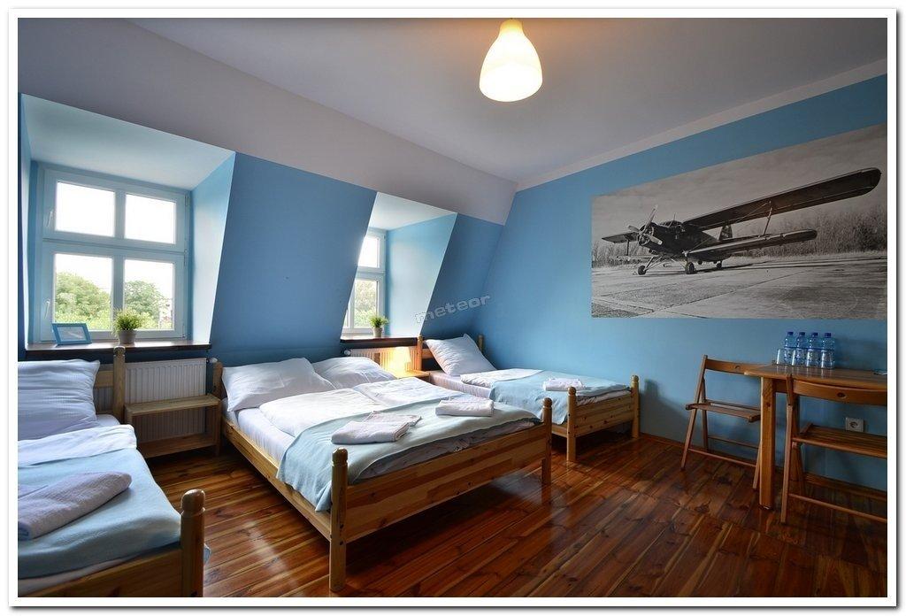 Pokoje dla czterech osób z łazienką prywatną, wyposażone w jedno podwójne łóżko i dwa pojedyncze łóżka.