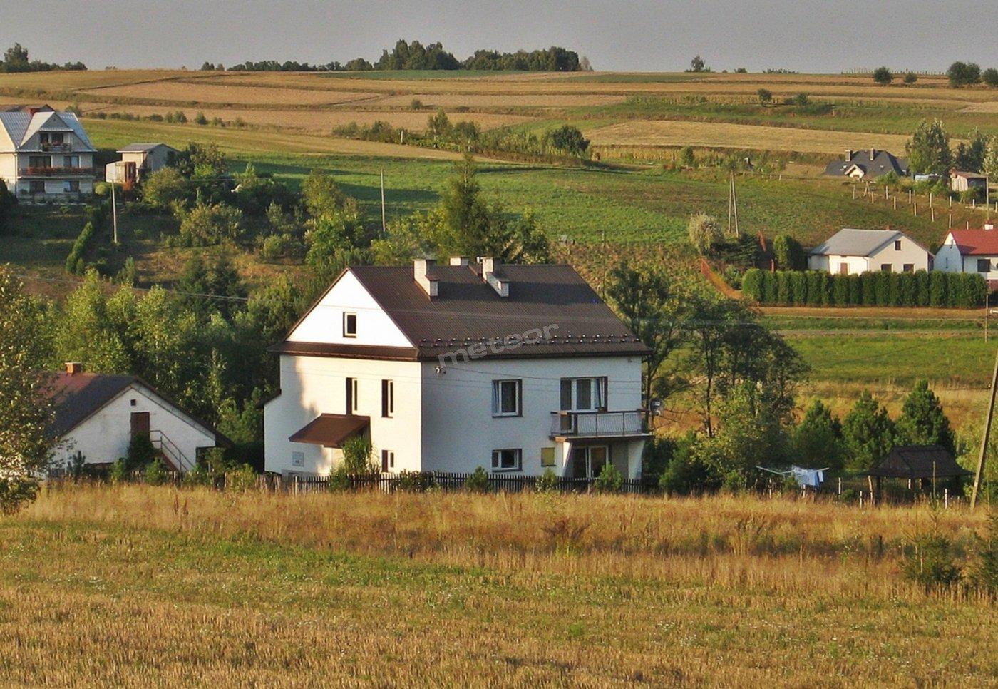 Dom, ogród z altanką i teren dookoła