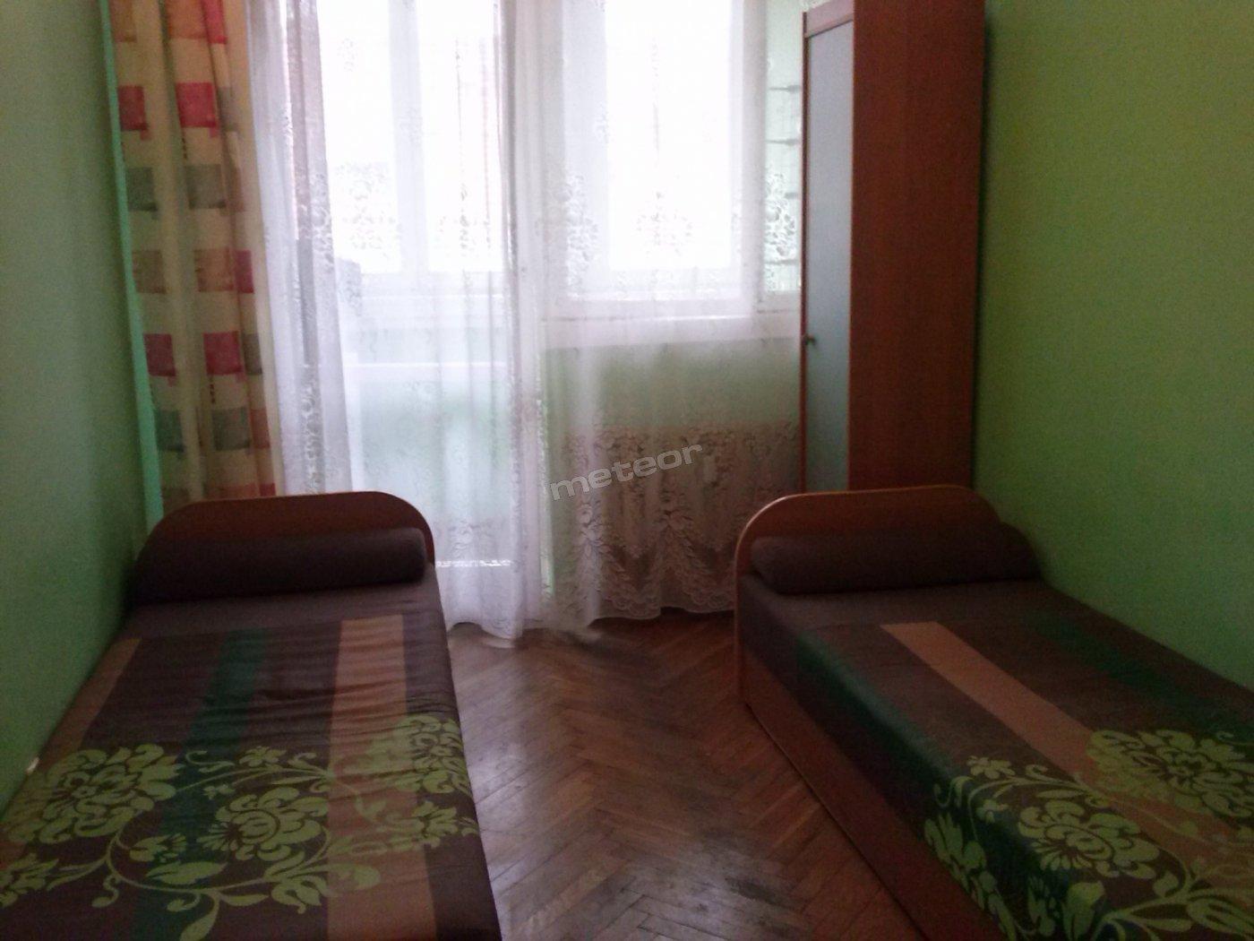 Pokój mały 2 osobowy. Posiada balkon, 2 łóżka oraz meble.