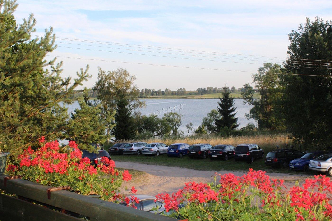 widok z pokoi na jezioro