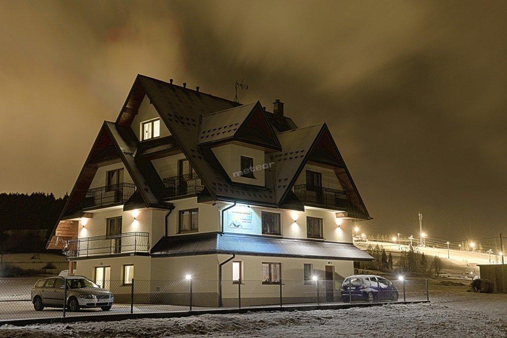 pensjonat nocą, widok na Kotelnicę