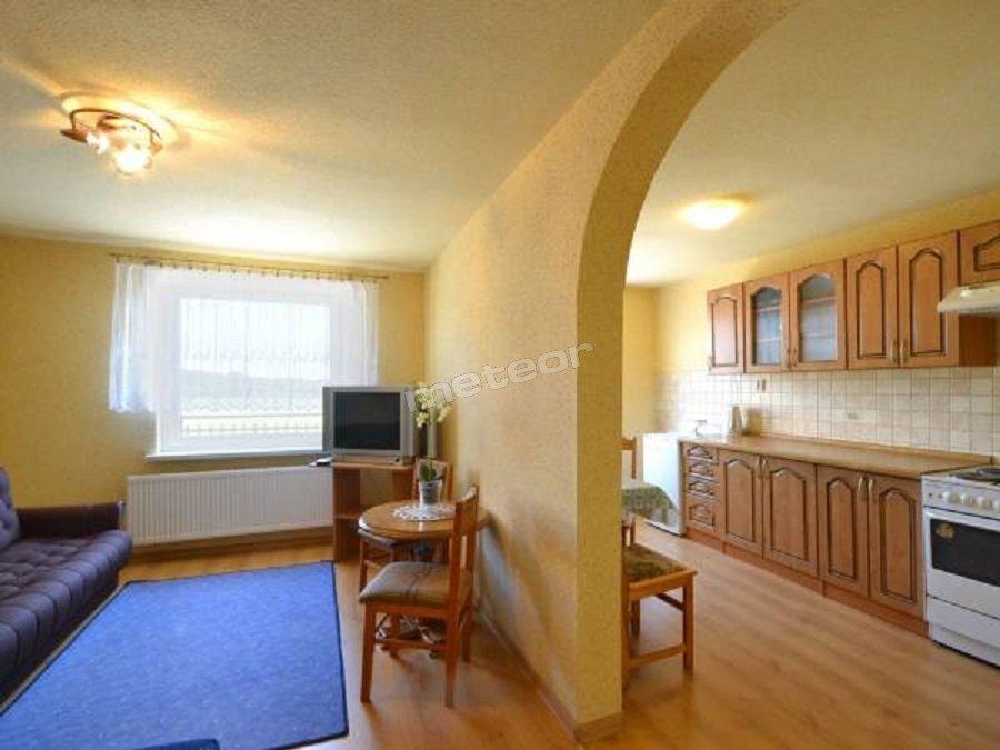 Mieszkanie - pokój z przejściem do kuchni