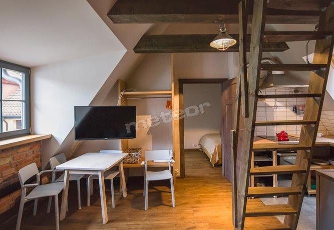 Apartament na poddaszu z oddzielną sypialnią i małą antresolą.