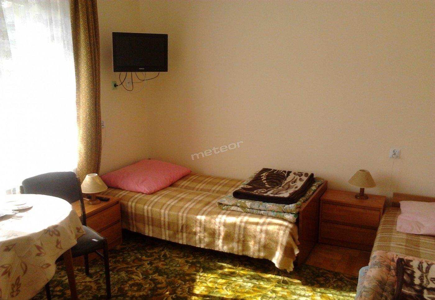 Pokój nr 4 - dwuosobowy, bez balkonu, łazienka w pokoju, tapczanik i kanapa.