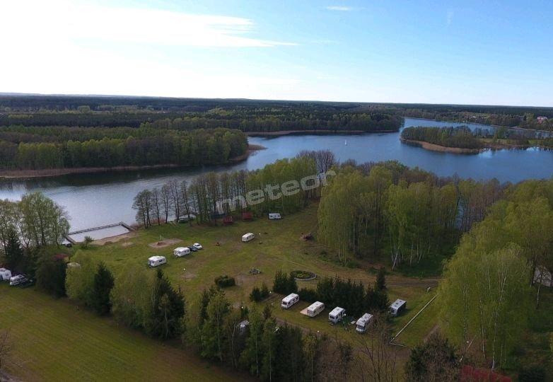 Idealne miejsce nad samym jeziorem dla kempingów. Przylacze do pradu oraz wody. Dostep do wc i prysznicy