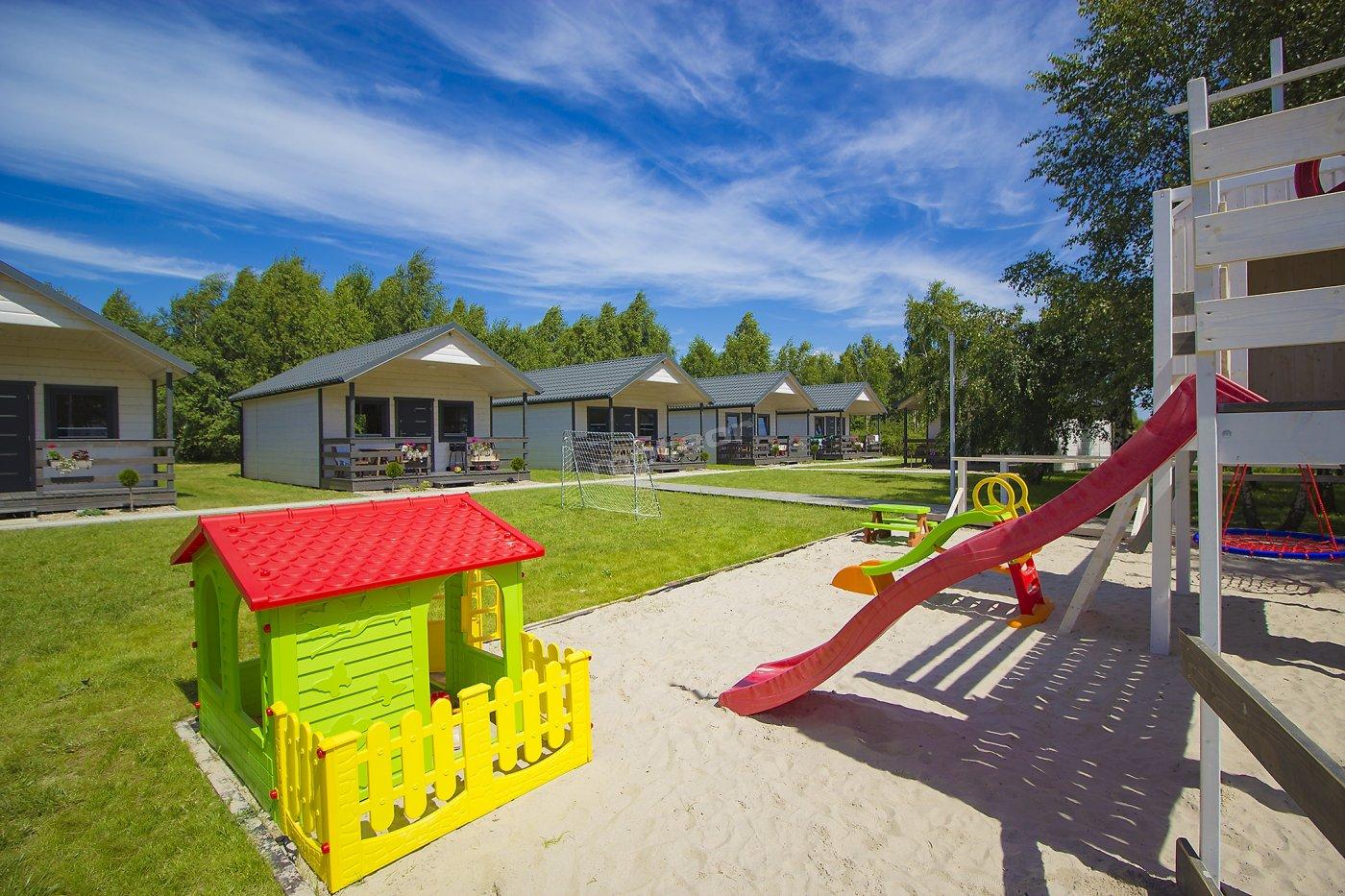 Duży plac zabaw z piaskiem morskim zapewnia doskonałe miejsce zabaw dla dzieci, które są jednocześnie widoczne z domków. Rodzice mogą w tym czasie się zrelaksować na werandzie