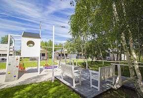 Podest na molo z ławeczkami do odpoczynku od słońca oraz doglądania dzieci bawiących się na placu zabaw
