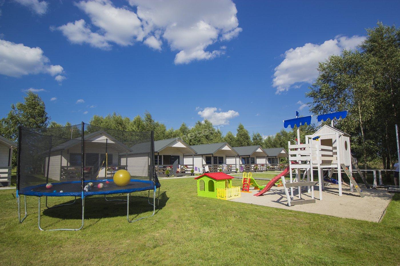 Plac zabaw w Morskiej Przystani, to miejsce rozrywki dla dzieci w różnym wieku. Dla mniejszych i większych mamy coś dobrego: trampolina, zjeżdżalnia duża i mała, domek drewniany i z bezpiecznego tworzywa, duża piaskownica, bramki do gry w piłkę. Na dużym ogrodzonym terenie dzieci będą bezpieczne