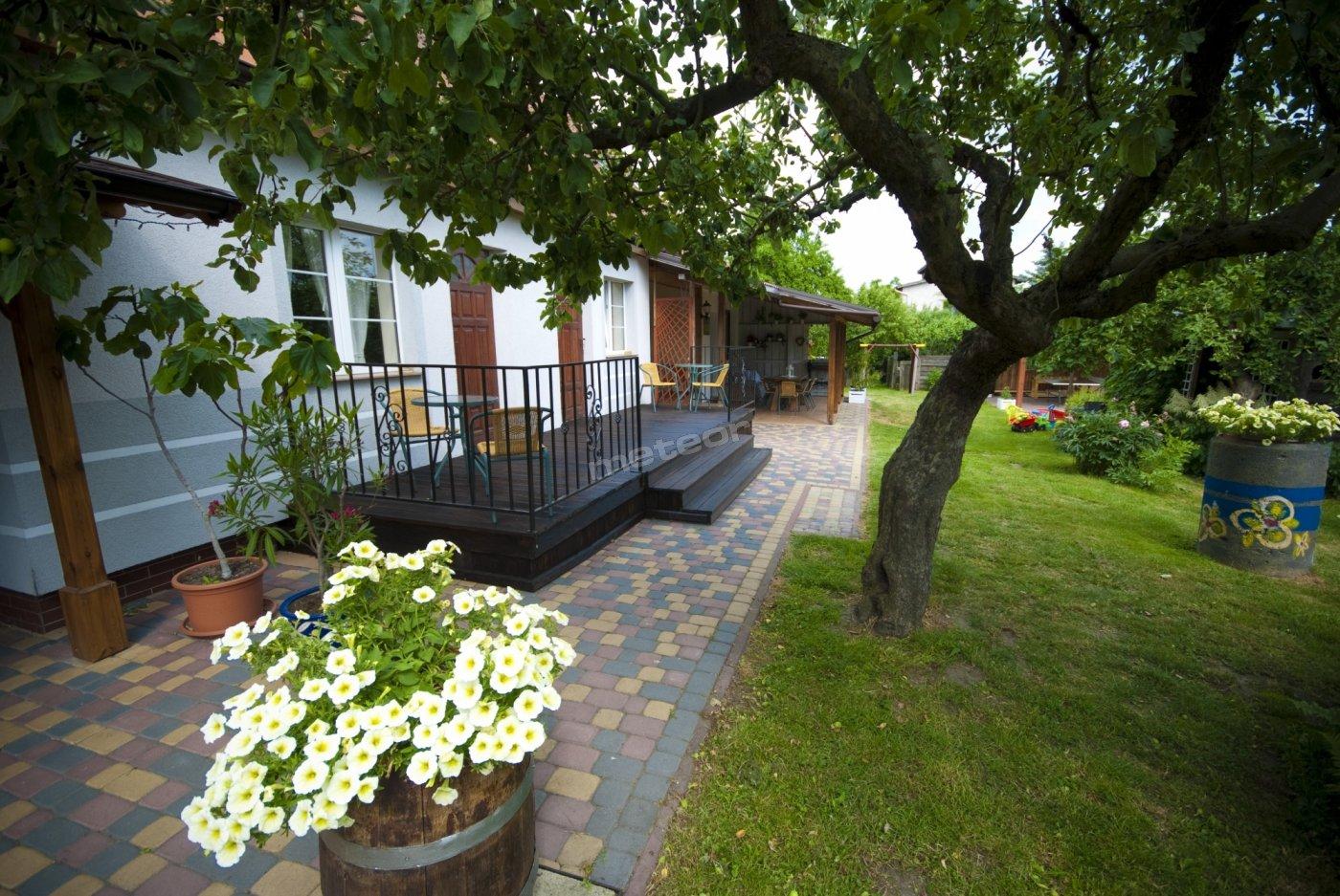 Pokoje z wyjściem na taras z widokiem na ogród od strony południowej w pokojach numer 2 i 3