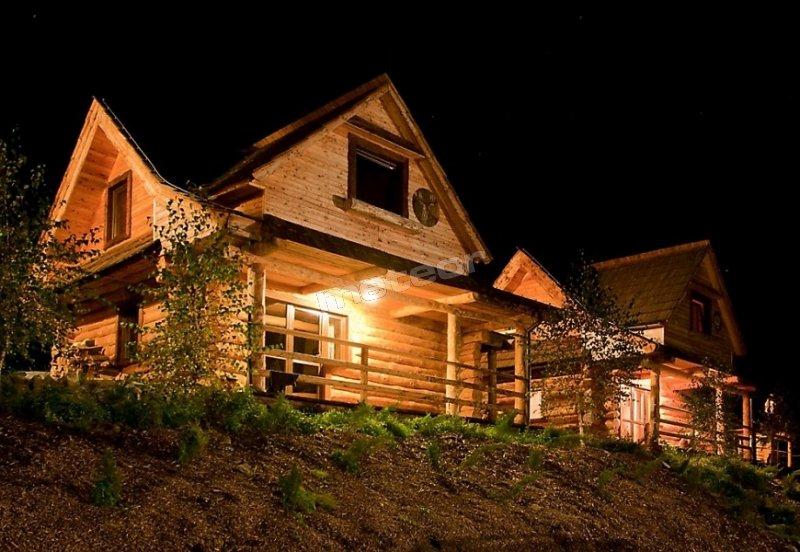 W każdym domku są dwa niezależne mieszkania z komunikacją zewnętrzną
