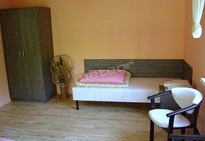 Widok jednej z sypialni w apartamencie